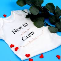 New to the Crew Baby Body. Ideal als Geschenk zur Geburt. 5 Größen verfügbar. Name und Farbe Personalisierbar 02 Bild 1