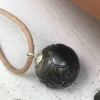 Lederkette mit sehr großer geschnitzter Perle, echte Tahiti-Tattoo-Perle 14,5mm, persönlicher Talisman, Maori-Stil  Bild 1