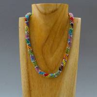 Schmuck, Perlenkette, Häkelkette in grau und bunt, Länge 46 cm, Halskette aus Glasperlen, Magnetverschluss, Häkelschmuck Bild 2