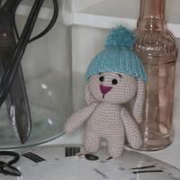 Hase Häkeltier Amigurumi, handgemacht, Schlappohrhase mit Mütze Bild 2
