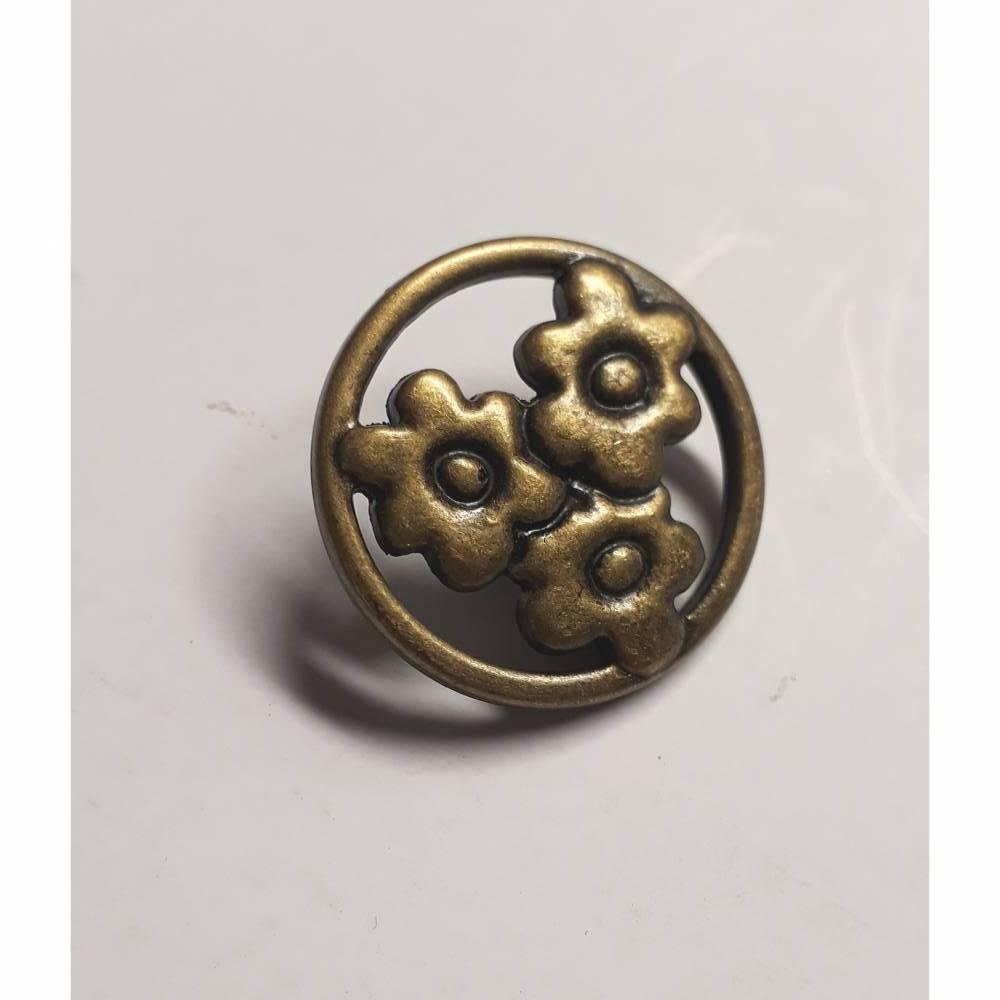 Wunderschöner Metallknopf mit drei Blüten in einer runden Form. Mit Öse, in alt-goldener Farbe, ca. 1,6cm groß Bild 1