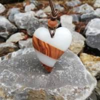 Herzanhänger weiß mit Olivenholz Bild 1