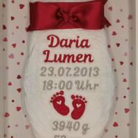 """bestickte Windel """" Babyfüsschen"""" mit personalisierten Geburtsdaten im Bilderrahmen Bild 2"""