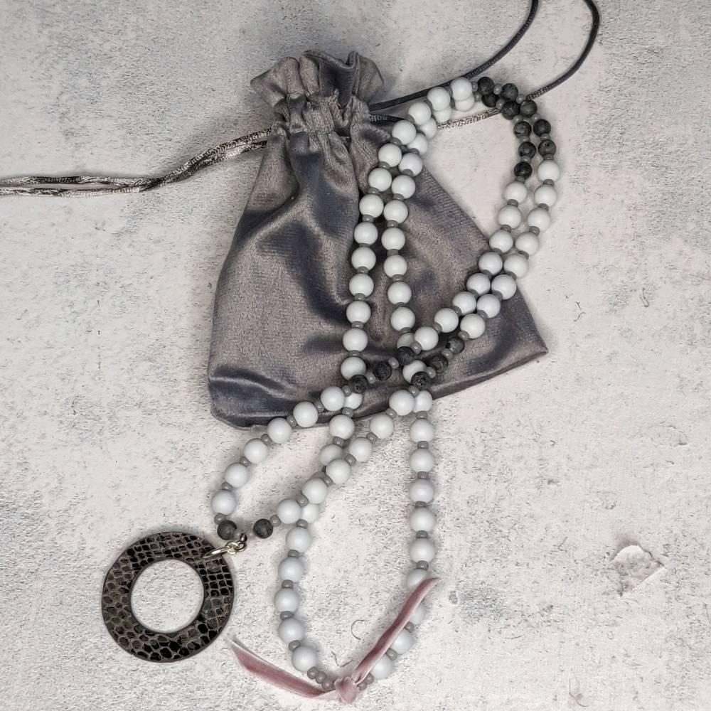 Halskette in grau aus Glasperlen mit Kunstlederanhänger Bild 1