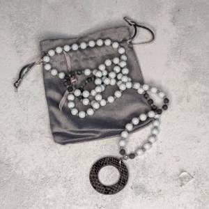 Halskette in grau aus Glasperlen mit Kunstlederanhänger Bild 2
