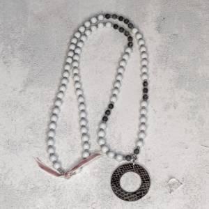 Halskette in grau aus Glasperlen mit Kunstlederanhänger Bild 3