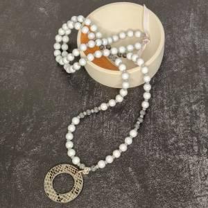 Halskette in grau aus Glasperlen mit Kunstlederanhänger Bild 4