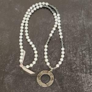 Halskette in grau aus Glasperlen mit Kunstlederanhänger Bild 5