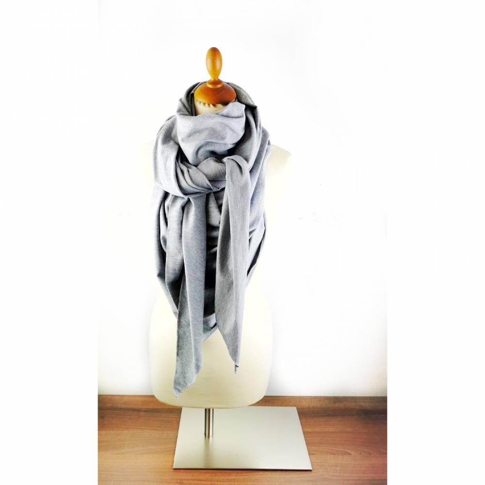 Großes, kuschliges Dreiecktuch / Schultertuch in Grau aus Sweatstoff in zertifizierter Qualität Bild 1