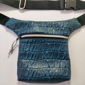Hüfttasche  aus blauem Kunstleder in CAIMAN Optik Bild 5