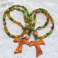 Rosenkranz aus grünen facettierten Achatperlen, Olivenholzkreuz mit geschnitztem Korpus Bild 2