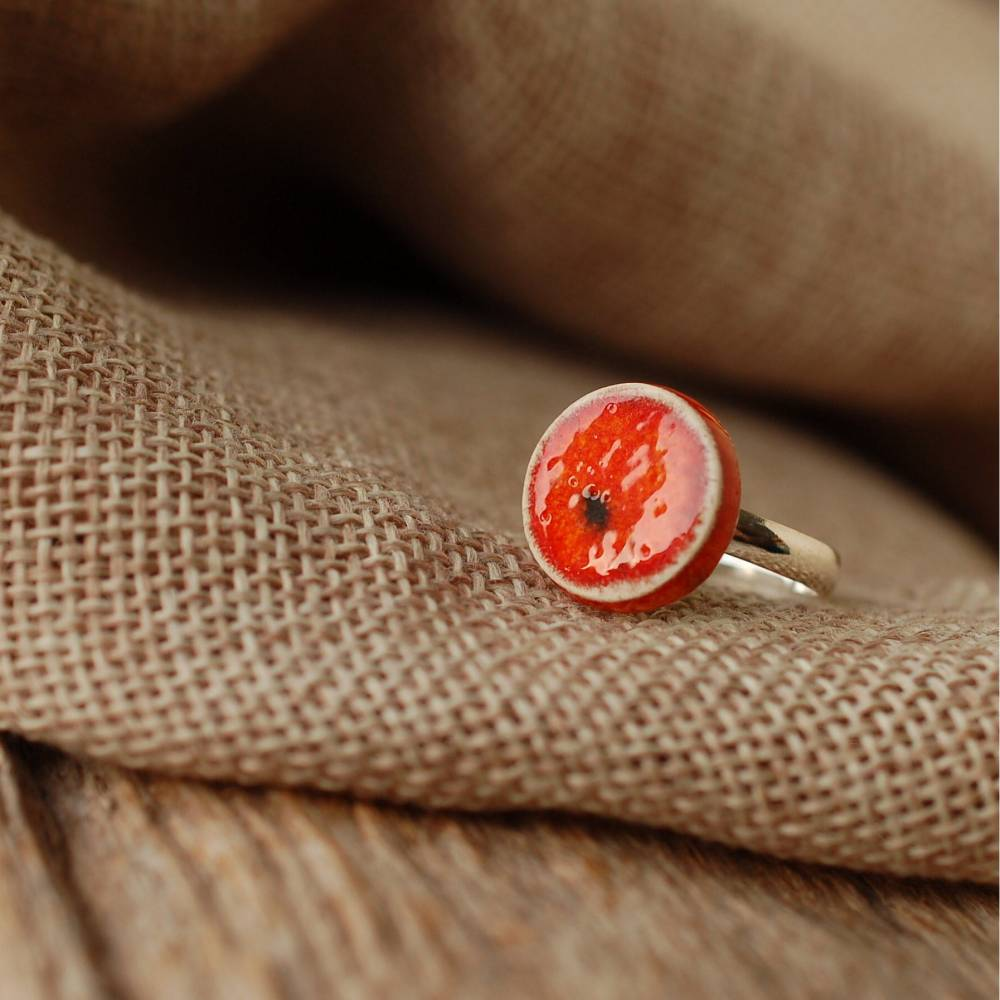 Lässiger Ring mit orange-roter Keramik an silberfarbener Ringschiene - kleines Geschenk für die Kollegin Bild 1