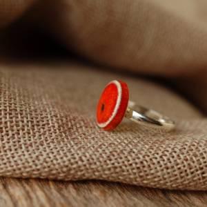 Lässiger Ring mit orange-roter Keramik an silberfarbener Ringschiene - kleines Geschenk für die Kollegin Bild 2