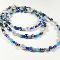 Lange Perlenkette in verschiedenen Blautönen, Weiß, irisierend Grün und Silberfarben Bild 1