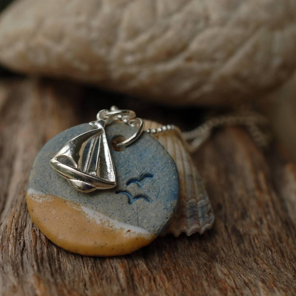 Echte Silberkette mit einem maritimen Keramik-Kettenanhänger und einem silbernen Segelboot Bild 1