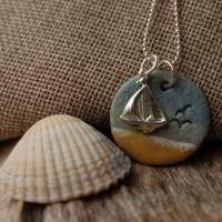 Echte Silberkette mit einem maritimen Keramik-Kettenanhänger und einem silbernen Segelboot Bild 3