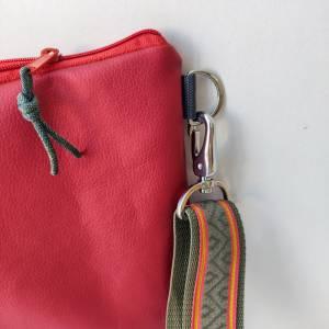 Umhängetasche  aus Kunstleder in terracotta rot Bild 3