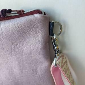Umhängetasche aus genarbtem Kunstleder in rose metallic Bild 4