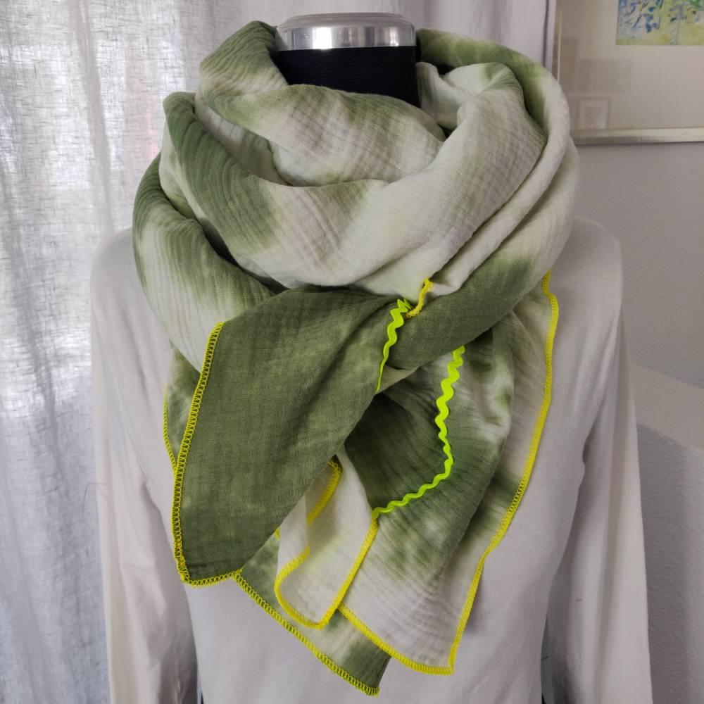 Batik Musselintuch XXL in weiß/grün mit einer  Einfassung in neongelb Bild 1