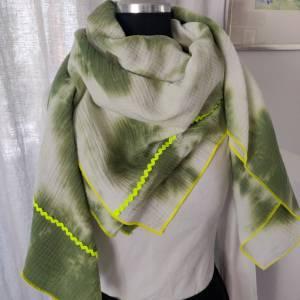 Batik Musselintuch XXL in weiß/grün mit einer  Einfassung in neongelb Bild 2