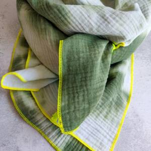 Batik Musselintuch XXL in weiß/grün mit einer  Einfassung in neongelb Bild 3
