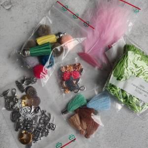 Wundertüte mit Schmuckanhänger, Zwischenstücke, Puschel, Federn, Quasten Bild 3