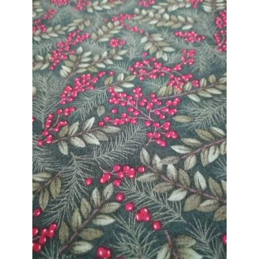Patchworkstoff Winter Manor Pine,  grüner Quiltstoff mit Kiefernzweige und rote Beeren Moda Nr. 17 Bild 1