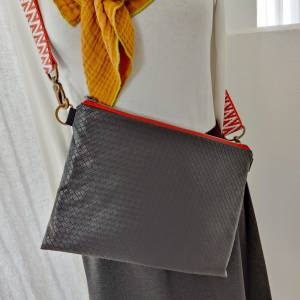 Umhängetasche aus schwarzem, weichem Kunstleder in Flechtoptik Bild 6