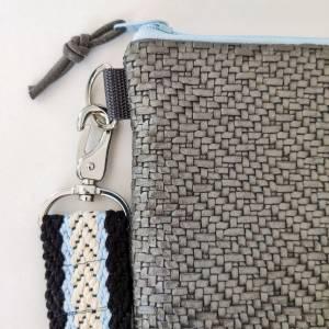 Umhängetasche aus grauem Kunstleder in Flechtoptik Bild 3