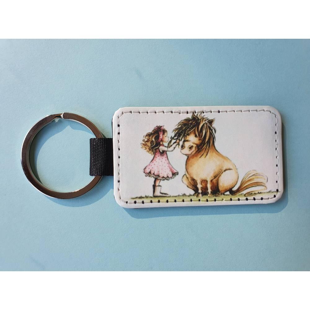Schlüsselanhänger aus Kunstleder, quadratisch, Mädchen mit Pony / Pferd Bild 1