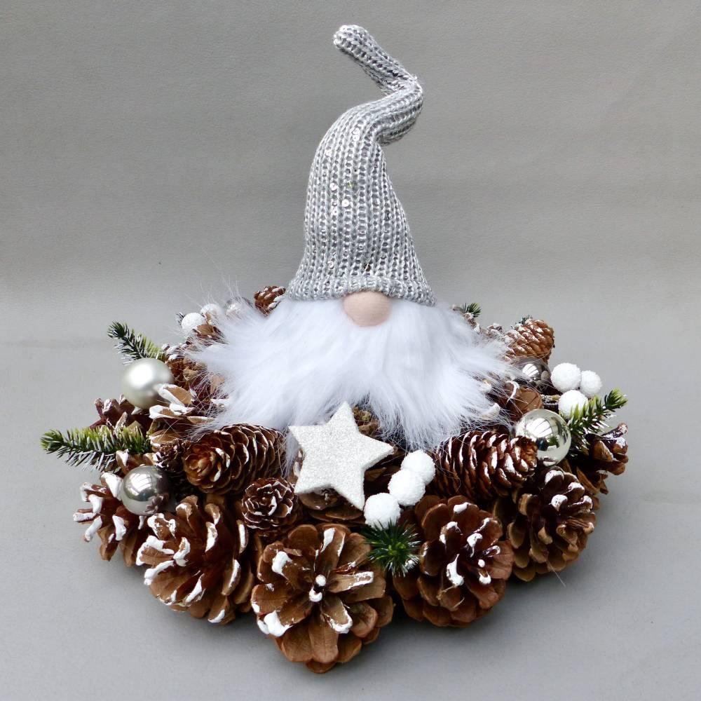Advents-Gesteck/ Adventskranz mit Wichtel, weiß-silber-farbene  Weihnachts-Tisch-Deko Bild 1