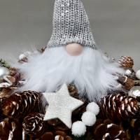 Advents-Gesteck/ Adventskranz mit Wichtel, weiß-silber-farbene  Weihnachts-Tisch-Deko Bild 2