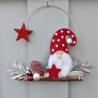 Türkranz* mit Wichtel-Zwerg auf Ast, rote Weihnachts-Fensterdeko für den Advent Bild 1