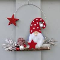 Türkranz* mit Wichtel-Zwerg auf Ast, rote Weihnachts-Fensterdeko für den Advent Bild 2
