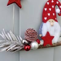 Türkranz* mit Wichtel-Zwerg auf Ast, rote Weihnachts-Fensterdeko für den Advent Bild 3