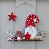 Türkranz* mit Wichtel-Zwerg auf Ast, rote Weihnachts-Fensterdeko für den Advent Bild 6