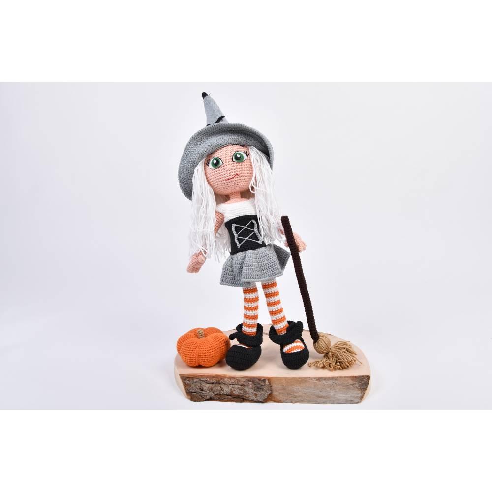 Handgefertigte gehäkelte Puppe Hexe Patricia aus Baumwolle Bild 1
