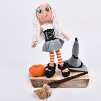 Handgefertigte gehäkelte Puppe Hexe Patricia aus Baumwolle Bild 2