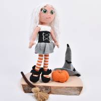 Handgefertigte gehäkelte Puppe Hexe Patricia aus Baumwolle Bild 3