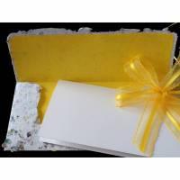 Handgeschöpfter Briefumschlag, gelb gefüttert, Klappkarte und Schleife, ca. 10 cm x 22 cm, Verpackung für Geldgeschenk, Eintrittskarte, Gutschein Bild 1