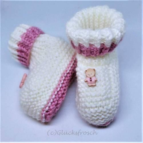 Babyschuhe, weiß mit rosa und kleinem Teddybär, Fußlänge 9 cm, die Schuhsohlen sind rosa, kuschelweiche Babywolle