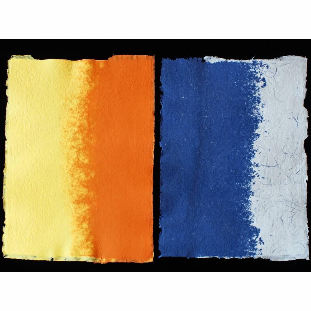2 Blatt handgeschöpftes Büttenpapier, ca. 20 cm x 29 cm (ca. DIN A4), zweifarbig: gelb/orange und blau/weiß Bild 1