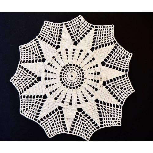 Vintage, rundes handgehäkeltes Deckchen, 50 cm Durchmesser, wollweißes Häkeldeckchen